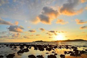 praia na ilha tropical ao pôr do sol