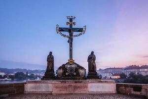 o crucifixo na ponte charles foto