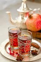 chá árabe tradicional com bule de metal de marrocos e glasse foto