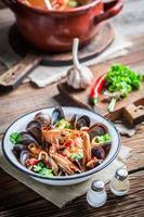 saborosa sopa de frutos do mar com camarões e mexilhões