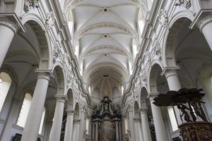 interiores da igreja de saint walburga, bruges, bélgica