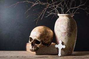 bíblia do crânio e cruz foto