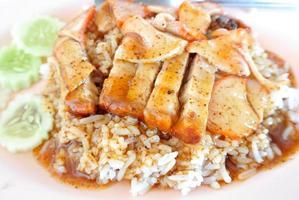 porco crocante com arroz. , closeup comida tailandesa, barriga assada crocante