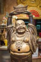 estátua budista no templo wat nong hoi, na Tailândia foto