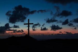 cruz ao anoitecer