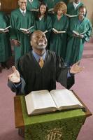 ministro orando a deus foto