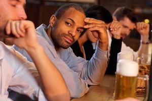 homem sentado no balcão do bar foto