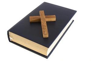 cruz e bíblia foto
