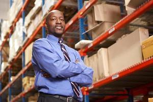 retrato de empresário em armazém foto