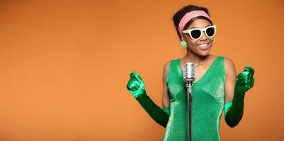 foto vintage de uma mulher africana do soul funk cantando