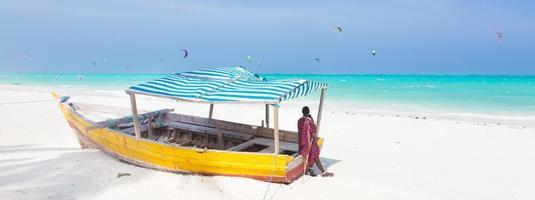 praia de areia branca tropical em zanzibar.