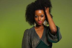 anos setenta retrô sensual moda mulher afro com vestido verde.