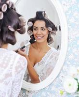 mulher bonita usando maquiagem matinal