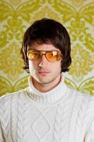 retrato masculino retrô em tons de amarelo, corte tigela, gola pólo