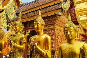 estátuas de Buda em wat phra that doi suthep foto