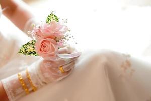 rosa romântica na mão da noiva