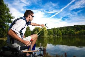 pesca esportiva em um lindo lago foto