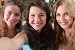 selfie de três amigos foto