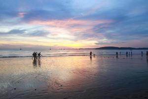 pôr do sol na praia de au nang Krabi, na Tailândia