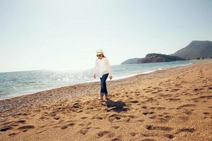 garota caminhando na praia