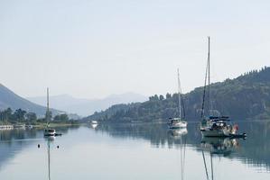 Grécia. iates em uma baía na ilha de corfu.