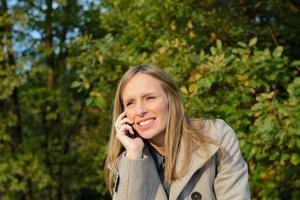 menina falando no smartphone
