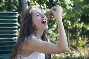 garota comendo uvas na vinha. foto
