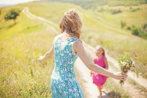 mãe e filha em um campo