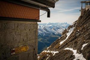 poste de sinalização na montanha säntis foto