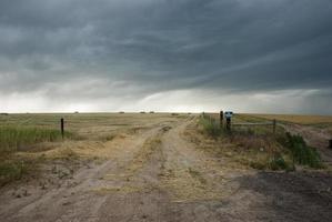 céu tempestuoso sobre a pradaria