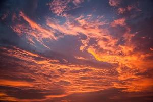 céu pôr do sol laranja ardente