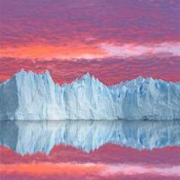 céu do sol acima da geleira.