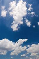 nuvens e céu azul em Tóquio.