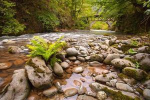 rio de montanha com pedras e céu