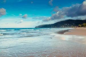 praia tropical e céu azul em phuket foto