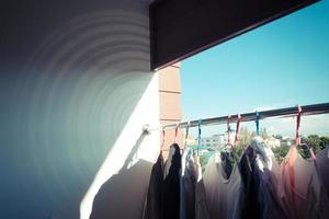 roupas secas no ar com o céu