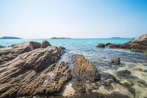 mar praia céu azul areia sol luz do dia