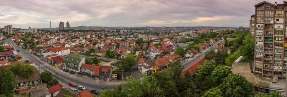 panorama da cidade de Belgrado com lindo céu colorido foto