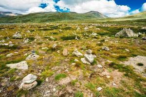 paisagens naturais da noruega, montanha sob um céu azul ensolarado