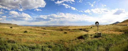 estrada do jardim, campos e moinho de vento com céu azul foto