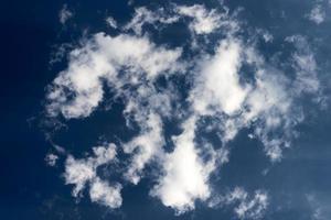 nuvens brancas no céu foto