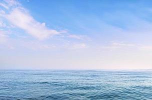 mar azul claro sob um lindo céu