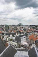 o céu nublado acima dos telhados de amsterdam
