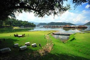campo de grama verde ribeirinha jangada resort céu azul foto