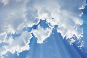 céu com raio de luz