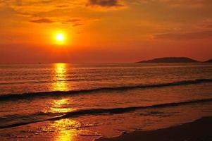 praia ao pôr do sol fundos
