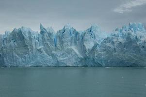 close up de uma geleira com céu azul