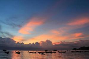 lindo pôr do sol na ilha de koh tao
