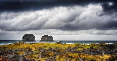 aproximação da tempestade pacífica na praia de rock a way, oregon