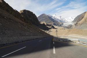 estrada para a geleira de Pasu no norte do Paquistão
